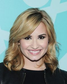 Demi Lovato Medium Curls - Demi showed off her blonde locks with these lovely shoulder-length curls. Demi Lovato Blonde Hair, Pelo Demi Lovato, Demi Lovato Short Hair, Braided Hairstyles Updo, Undercut Hairstyles, Medium Hairstyles, Braided Updo, Hairdos, Medium Curls