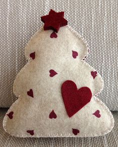 Felt Christmas Tree / Albero di Natale in feltro/pannolenci Wooden Christmas Crafts, Fabric Christmas Ornaments, Xmas Crafts, Felt Ornaments, Handmade Christmas, Christmas Fun, Christmas Stockings, Felt Crafts Diy, Felt Gifts
