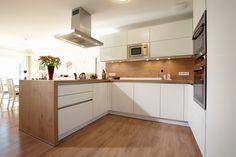 Durch die offene, hell gestaltete Küche können alle Familienmitglieder beim Kochen mithelfen.
