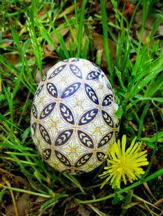 Beautiful silk dyed eggs www.marthastewart.com/article/silk-tie-easter-eggs