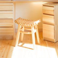 人間工学に基づいた曲線が存在感を演出する赤松無垢材のスツール。【送料無料】無垢材 スツール ミニスツール 木製スツール 椅子 チェア 赤松材 パイン材