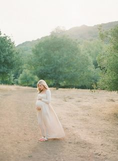 Taylor Sterling's Maternity Session / Photography by Delbarr Moradi / Glitter Guide