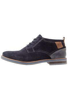 ¡Consigue este tipo de zapatos con cordones de Bugatti ahora! Haz clic para ver los detalles. Envíos gratis a toda España. Bugatti VANITY EVO Zapatos de vestir dark blue: Bugatti VANITY EVO Zapatos de vestir dark blue Zapatos   | Material exterior: piel, Material interior: combinación de piel/tela, Suela: fibra sintética, Plantilla: combinación de cuero y tela | Zapatos ¡Haz tu pedido   y disfruta de gastos de enví-o gratuitos! (zapatos con cordones, laces, lace-up, laceups, brogue, o...
