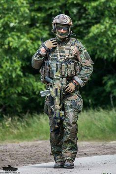 """Componentes pertenecientes al KSK ( Kommando Spezialkräfte), mostrando su """"nuevo"""" uniforme de combate durante uno de sus últimos ejercicios acompañados de su inseparable Hk G-36. Fabricado por la empresa alemana Lindnerhof Taktik, el nuevo uniforme, manteniendo el veterano patrón Flecktarn, expresamente elaborado para la unidad de más alto nivel del Heer (Ejército Alemán), su fabricante asegura que ha sido tejido bajo las exigencias y supervisión de algunos de los miembros del KSK."""