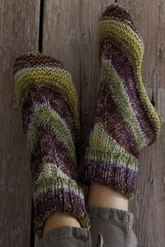 Free Alaska Color Homesocks pattern - Make house socks (aka slippers) for every member of your family with this single pattern. To practice my knitting more? Loom Knitting, Knitting Socks, Knitting Patterns Free, Free Knitting, Crochet Patterns, Free Pattern, Knit Socks, Stitch Patterns, Knitted Slippers