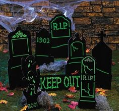 Cemetery yard signs 1 set cemetery yard signs line a These Look Like Chalk Boards ! Halloween Yard Decorations, Halloween Signs, Halloween Birthday, Halloween Party Decor, Spooky Halloween, Halloween Crafts, Halloween Festival, Halloween Season, Holidays Halloween