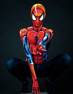 Diese Frau malt atemberaubende Superhelden Kostüme auf ihren nackten Körper - Spider Man