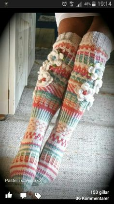 Fina sockar Crochet Leg Warmers, Knitted Slippers, Crochet Slippers, Knit Or Crochet, Irish Crochet, Knitting Socks, Hand Knitting, Knitting Patterns, Crochet Patterns