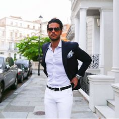 Open Suit - an unbuttoned suit jacket, pulled out, up or away, revealing waist, chest and the front of the suit pants. My favorite suit theme. Sharp Dressed Man, Well Dressed Men, Mode Masculine, Stylish Men, Men Casual, Smart Casual Menswear Summer, Fashion Moda, Mens Fashion, Terno Slim