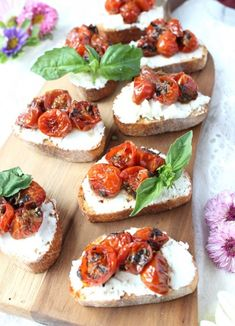 An easy appetizer that everyone will love, this delicious Red Wine Cherry Tomato & Goat Cheese Crostini will impress your guests and their taste buds! Tapas, Cheese Toast, Goat Cheese, Cheese Grits, Blue Cheese, Holiday Appetizers, Appetizer Recipes, Bacon Appetizers, Cheese Recipes