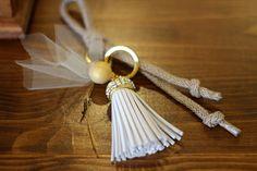 ΜΠΟΜΠΟΝΙΕΡΑ ΓΑΜΟΥ επιχρυσωμένο μπρελόκ-γούρι με  δερμάτινη φούντα & swarovski, δέσιμο με κορδόνι ψαροκόκκαλο και 1 κουφέτο Χατζηγιαννάκη. Napkin Rings, Tassel Necklace, Swarovski, Jewelry, Fashion, Moda, Jewlery, Jewerly, Fashion Styles