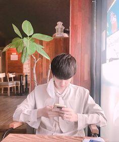 "Jinhwan took a photo of Chanwoo and showed it to the camera. ""Chanwoo's really cool"" (This is the photo he showed) . Kim Jinhwan, Chanwoo Ikon, K Pop, Ikon Member, Koo Jun Hoe, Yg Entertaiment, Ikon Kpop, Bae, People"