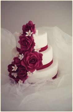 tarta de boda con rosas burdeos