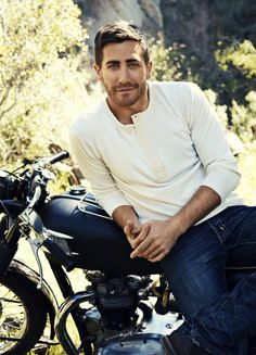 Jake Gyllenhaal on a photoshoot for the April issue of the Men's Journal magazine. Jake Gyllenhaal, Pretty People, Beautiful People, Ex Machina, Hommes Sexy, Raining Men, Attractive Men, Poses, Gorgeous Men