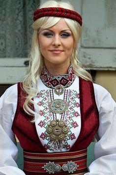 Norwegian girl in traditional folk costume Norwegian Clothing, Norwegian Style, Beautiful People, Beautiful Women, Costumes Around The World, Folk Costume, World Cultures, Traditional Dresses, Folklore