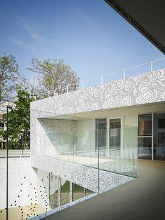 avenier & cornejo architectes creche des orteaux kindergarten nursery paris designboom