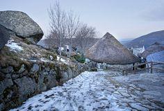 O Piornedo. Bien de interés cultural en Galicia, O Piornedo, en el corazón de los Ancares, destaca por su gran cantidad de pallozas, originarias de los antiguos poblados celtas, todavía en uso.
