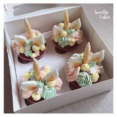 À la demanded'une petite fille gourmande et fan de Licorne,sweetlyCakea réalisé ces jolies cupcakes licorne, avec bien sûr une touchegourmandede chocolat !