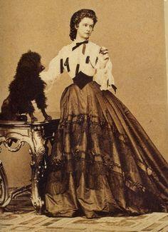 Sissi en corsage et jupe taffetas - La taille très fine de l'impératrice prise dans une ceinture corselet -  Victoria et Elizabeth