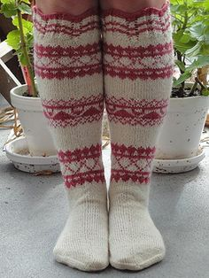 Sock pattern is based on socks knitted before 1945. The original socks are in the museum of Joensuu in Finnland.