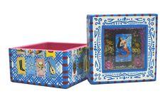 Cada detalle de las cajas especiales las hacen mas hermosas de lo que se ven en fotografías, ya que al ser retocadas con pincel resalta más el color y la belleza de las mismas.