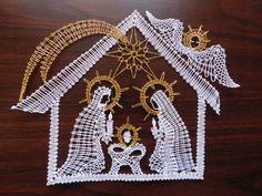 Betlém+Paličkovaná+krajka+vhodná+k+zarámování+krásně+ozdobí+Váš+dům+či+byt+a+dýchne+na+Vás+vánoční+atmosférou.+Velikost+krajky+je+25x19+cm. Filet Crochet, String Art, Clock, Crafts, Lace, Nativity Scenes, Felting, Fabrics, Xmas