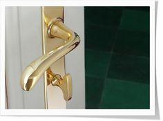 Noch ein Türdrücker aus Messing, von Cala Beschläge. Mit hübscher WC-Verriegelung.