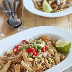 Pad Thai eli paistettu nuudeli on monen mielestä paras Thai-ruoka. Fried Chicken Biscuit Recipe, Chicken Recipes, Thai Recipes, Asian Recipes, Kfc Original Recipe, Kentucky Fried, Oriental Food, Batch Cooking, Paella