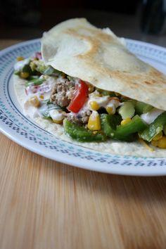 Der Puten Quesadilla Burger ist eine mischung aus mexikanisch und amerikanischem essen. Putenhack und Gemuese machen das Gericht super lecker und gesund!