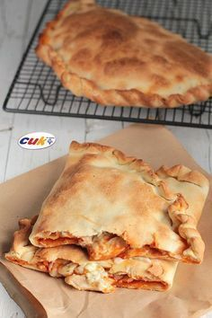 Calzone de Pollo a los tres quesos Pizza Snacks, Salty Foods, Quiches, Omelettes, Galette, I Foods, Italian Recipes, Food To Make, Chicken Recipes