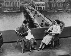 Knitting above London Bridge in 1935. vintag, 1935, knitter, river thame, adelaid hous, balconi, london bridg, bridges, photo