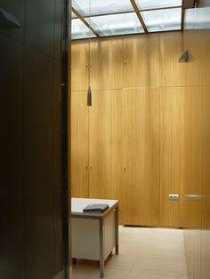 Revestimiento de pared y puertas integradas ejecutados con tableros rechapados con madera natural de roble