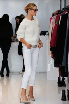 Street style da modelo Rosie Huntington-Whiteley com look todo branco.