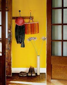 Combina madera y amarillo, perfecto!