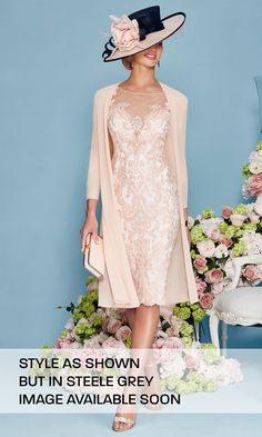 This Light Pink Chiffon Lace Mother of the Bride Dress is fitted and has astonishing detailing throughout. An absolutely stunning embellished dress and matching jacket in Blush/Ivory. Mother Of Groom Dresses, Bride Groom Dress, Mothers Dresses, Mother Bride Dress, Mother Of The Bride Gowns, Older Bride Dresses, Brides Mom Dress, Pretty Dresses, Beautiful Dresses
