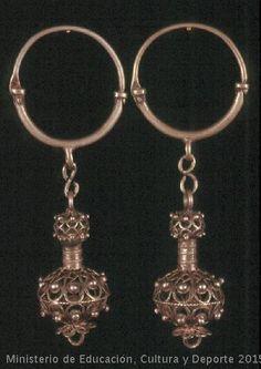 Arracades de dos cossos, el primer és un cèrcol obert, amb tancament de xarnera i perforació. El segon té dues esferes de diferent grandària, en filigrana carregada amb esferillas, unides per una peça tubular acanalada. L'esfera inferior es remata amb un casquet de sis pètals amb anella central. Intercuerpo amb anella fixa i baula en aques