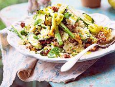 Unser beliebtes Rezept für Zucchini-Quinoa-Salat mit Halloumi und Röstnüssen und mehr als 55.000 weitere kostenlose Rezepte auf LECKER.de.
