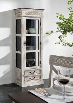 Regal der Serie CASTLE ANTIK. Mit weißem Wachs behandeltes Mangoholz bildet einen wunderschönen Kontrast zu dunkel lackierter Akazie. #möbel #möbelstücke #wohnzimmer #holz #echtholz #massivholz #wood #wooddesign #woodwork #interior #interiordesign #home #decor #einrichtung #furniture #storage #livingroom #livingroomideas #ideas #märchen #fairytale #kolonialstil #vitrine #glasscabinett #massivmoebel24 #schwarzweiß #blackandwhite #mango