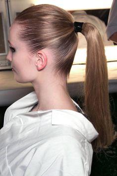 The Sporty Ponytail -Separa bien el cuerpo del cabello de tu craneo, como cola de caballo #hair #cabello #ponytails #MODAnS
