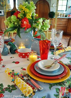 Fiesta vintage table clothe and bright flowers so pretty. this Kitchen table scape screams summer and happiness. Bougie Partylite, Beautiful Table Settings, Vintage Tablecloths, Table Arrangements, Deco Table, Decoration Table, Dinner Table, Brunch Table, Place Settings