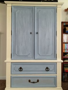 (annie sloan chalk paints and waxes) In the end, I went with clear wax tinted with Old Violet. The bottom drawer still needs to be changed from Paris Gray to Old Violet.