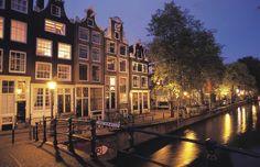 Montelbaanstoren es una gran torre del siglo XVI que se halla entre la calles de Oude Waal y Oudeschans