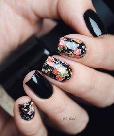 Diseños de uñas negro mate floral flores rosas verdes