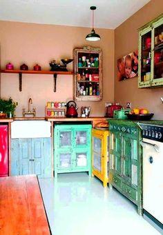 amenager une petite cuisine de style rustique avec meubles colorés