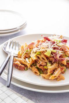 Makkelijk en snel pasta recept. Deze pasta met gerookte kip, pesto, bacon en prei is makkelijk te maken en staat binnen 30 minuten op tafel. Ideaal pasta recept voor het avondeten, maar ook als koude pasta salade is deze pasta met pesto en kip heerlijk. Ik heb hier penne pasta gebruikt, maar je kunt uiteraard ook spaghetti ,fussili of een andere paste gebruiken in dit recept. Penne Pasta, Kip Bacon, I Want To Eat, Pasta Recipes, Macaroni, Food And Drink, Healthy Recipes, Healthy Food, Dishes