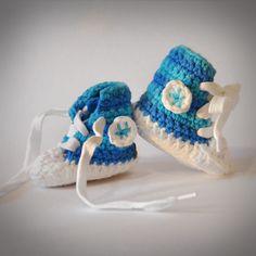 Baby Tschax gehäkelt in blau/türkis von rheinstück. Nachhaltig mit Liebe gemachte Babyschuhe!