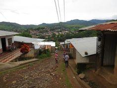 In de barrio's op bezoek bij de families om het tuintjesproject van de grond te krijgen.