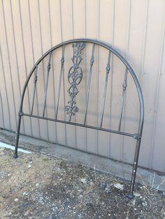 How To Paint a Vintage Metal Bed with Chalk Paint painting-metal-headboard-chalk-paint #before #oldworldpaintco #chalkpaint
