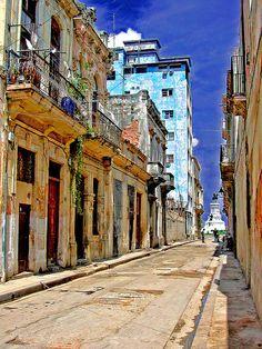 Calle de La Habana Vieja / Street in Old Havana