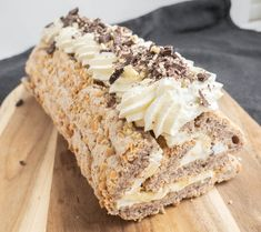 Budapestrulle med banan og chokolade 🍌🍫 | Mummum.dk Danish Dessert, Danish Food, Cake Recipes, Dessert Recipes, Banoffee Pie, Tiramisu, Recipes From Heaven, Cake Toppings, No Bake Cake
